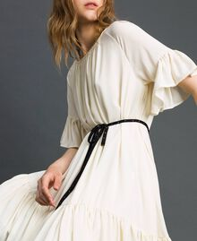 Kleid aus Crêpe de Chine mit Gürtel Weiß Vanille Frau 192MP2163-01