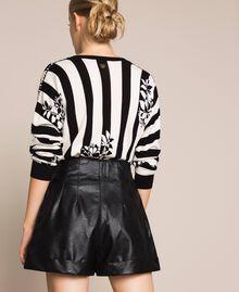 Shorts aus Lederimitat mit Reißverschlüssen Schwarz Frau 201TP241B-03