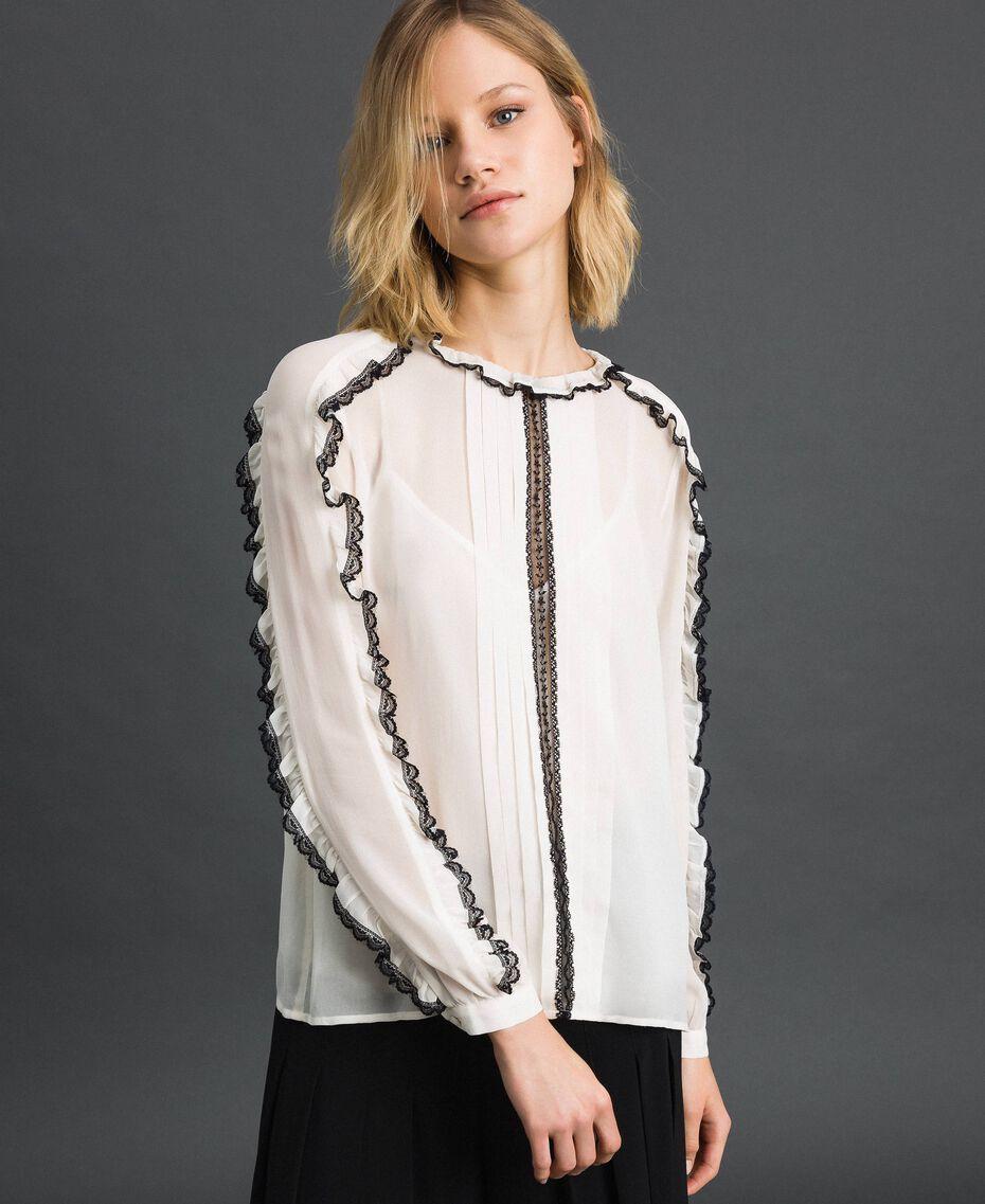 Blouse en crêpe georgette avec petits volants et dentelle Bicolore Blanc Neige/ Noir Femme 192TP2571-05