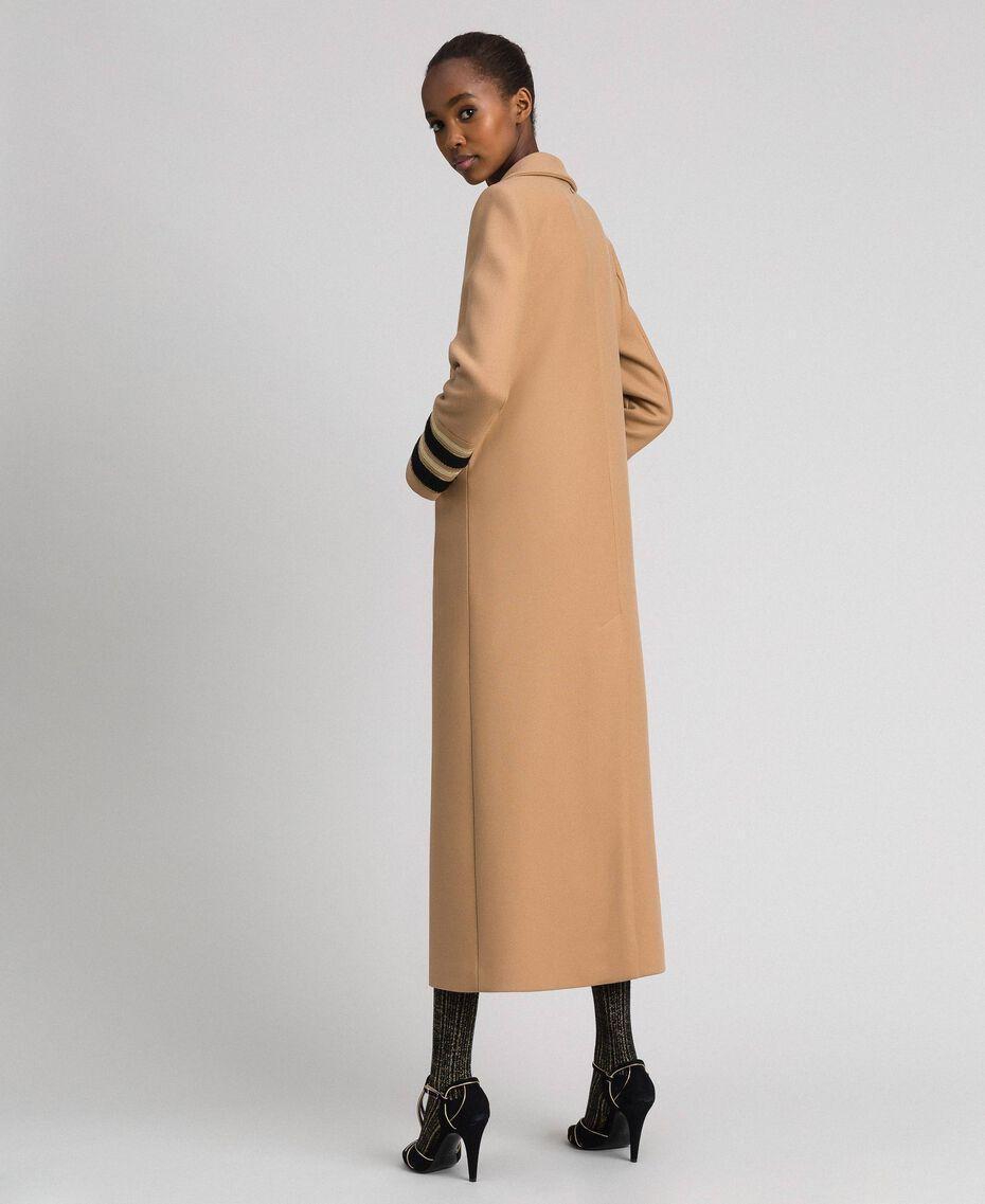 Langer, zweireihiger Mantel aus Tuch Kamel Frau 192TT2160-03