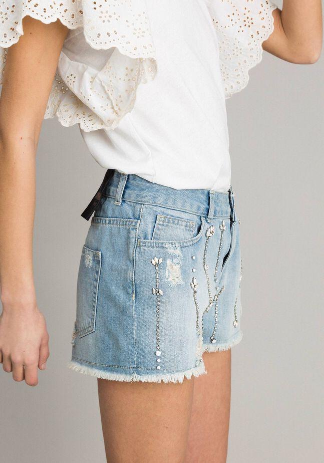 Jeansshorts im Destroyed-Look mit Strass und Ziersteinen