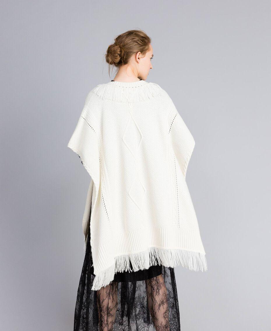 Strickponcho mit Fransen Weiß Schnee Frau PA83LN-03