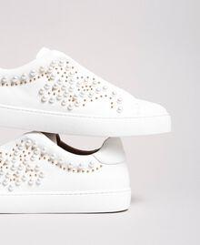 Nietenleder-Sneakers mit Perlen Weiß Frau 191TCP220-01