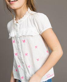 Рубашка из плюмети с бабочками Оптический Белый / Неоновая Фуксия, Вышивка Pебенок 191GJ2371-04