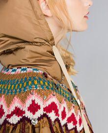 Lange Daunenjacke mit Strickeinsatz Camel Frau QA8TED-01