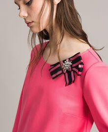 Kleid mit Schleifenbrosche Rosa Kamelie Frau 191MP2154-04
