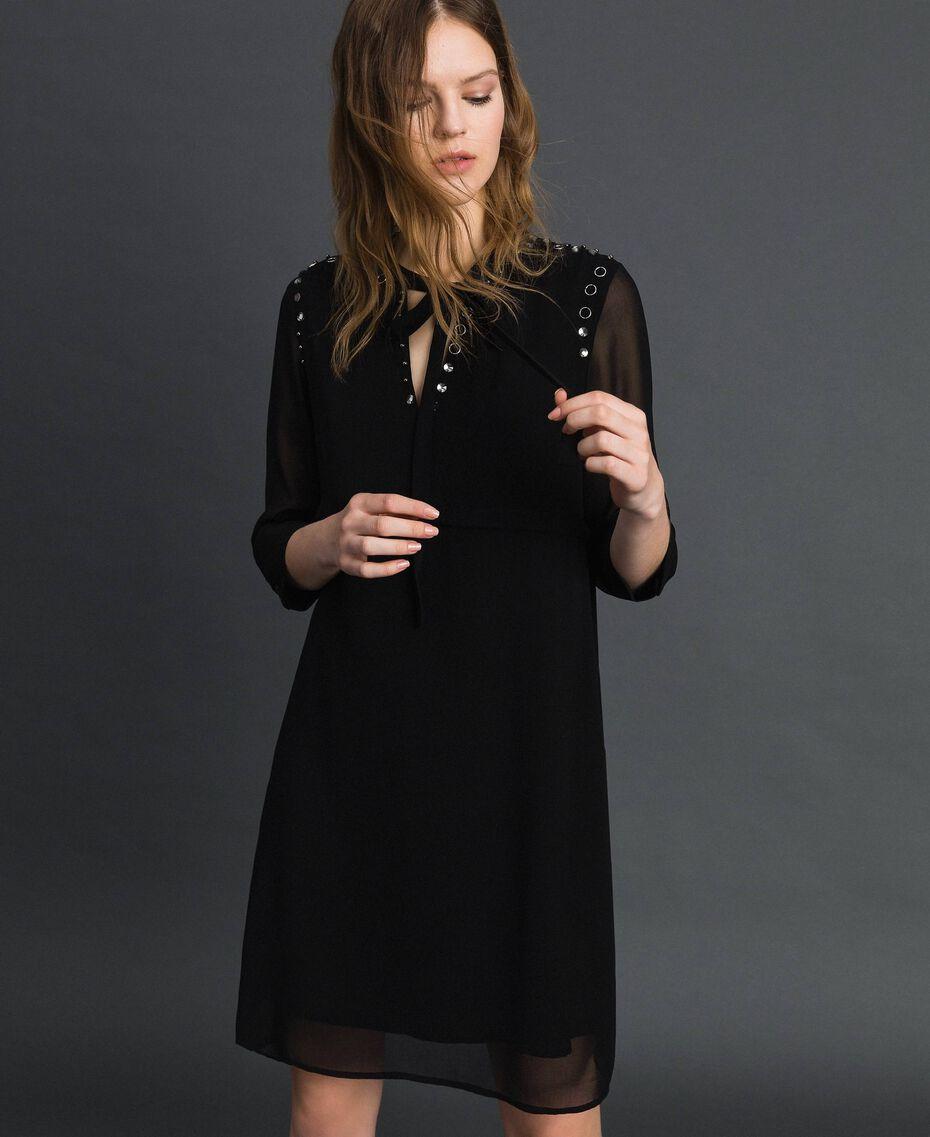 Georgettekleid mit Steinchen und Perlen Schwarz Frau 192MP2480-01