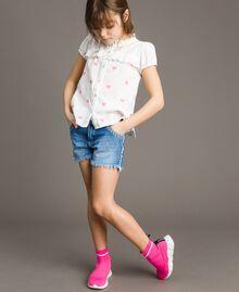 Рубашка из плюмети с бабочками Оптический Белый / Неоновая Фуксия, Вышивка Pебенок 191GJ2371-0T