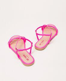 Flache Sandale aus Lederimitat in Neonfarbe Neonpink Frau 201MCT010-04