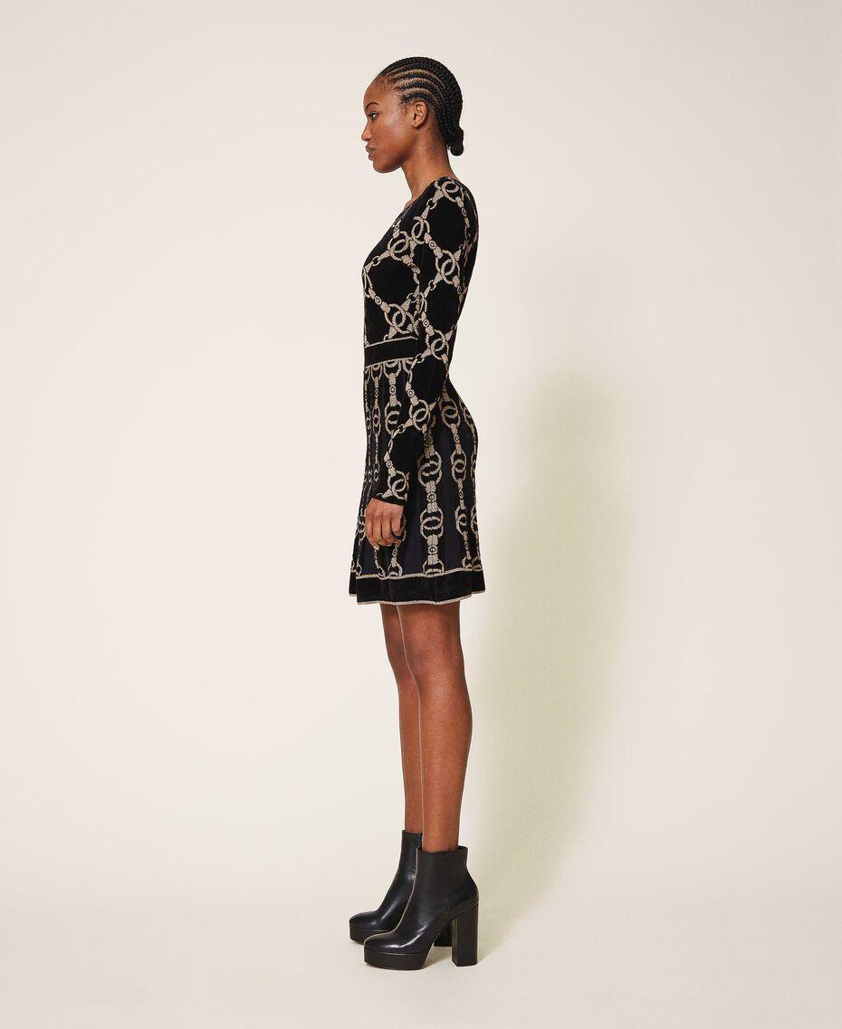 Kleid aus Jacquard-Strick mit Kettendessin Jacquard mit Kettendessin Schwarz Frau 202TT3161-02
