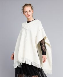 Strickponcho mit Fransen Weiß Schnee Frau PA83LN-01