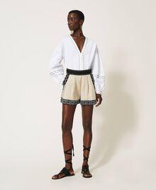 Shorts aus Leinenmischung mit Stickereien Zweifarbig Dünenbeige / Schwarz bestickt Frau 211TT2613-0T