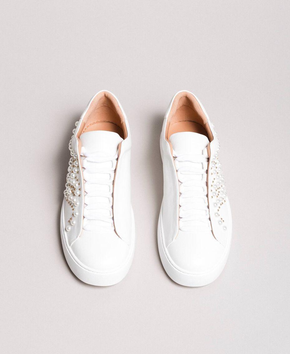 Nietenleder-Sneakers mit Perlen Weiß Frau 191TCP220-05