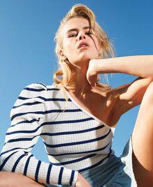 Einschultriger Pullover mit Streifen Zweifarbig Schneeweiß / Dunkles Nautical Blue Frau 211TT3212-01