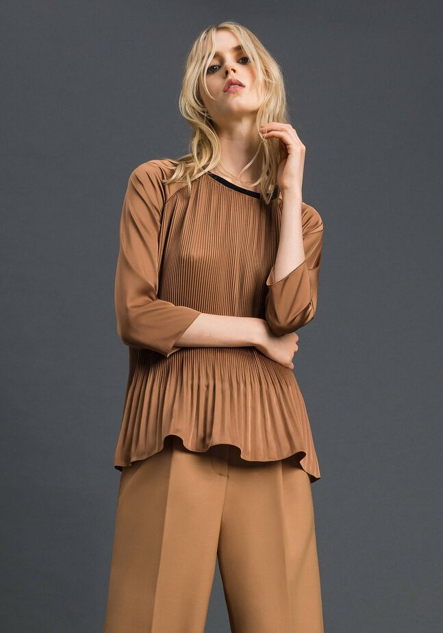 Pleated blouse with three-quarter sleeves