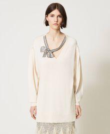 Длинная трикотажная кофта с ювелирным бантом Белый Снег женщина 211TQ301A-06