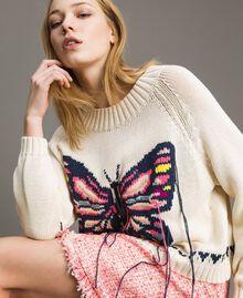 Kastig geschnittener Pullover mit handgesticktem Schmetterling Helles Ecru Frau 191TP3110-01