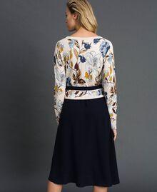 Kleid aus Gestrick und Crêpe de Chine mit Gürtel Herbstblumenprint Sahne Frau 192ST3225-03