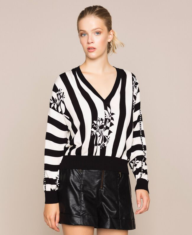 Пуловер квадратного кроя с вышивкой Принт Цветок на Полосатом фоне Снег / Черный женщина 201TP3264-01