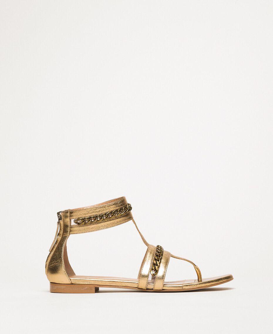 Flache Sandale aus Metallic-Leder mit Kettchen Goldfarbene Beschichtung Frau 201TCP122-01