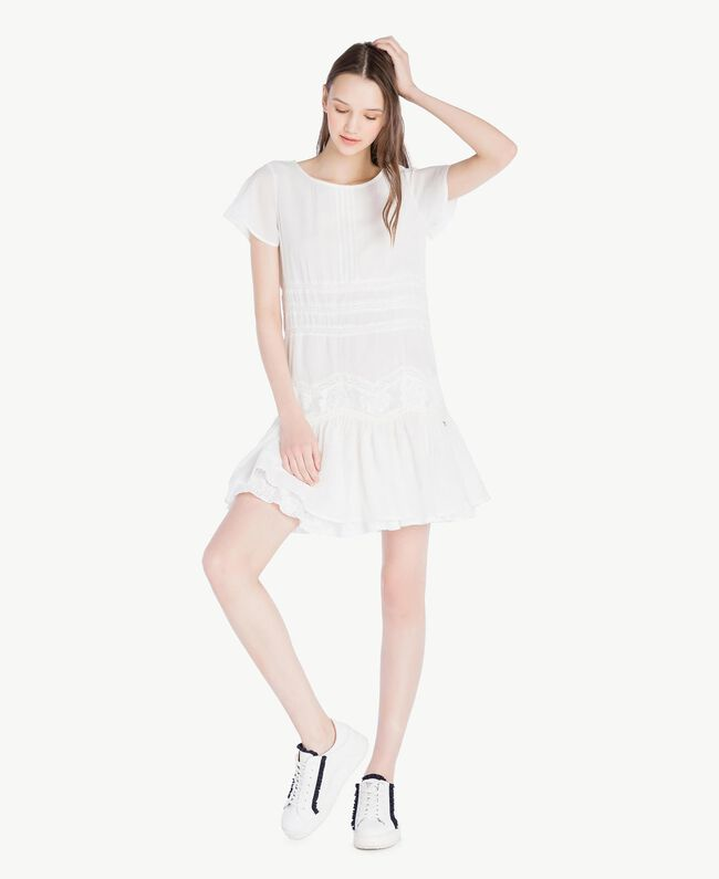 Kleid mit Rüschen Elfenbein Frau SS82HR-01