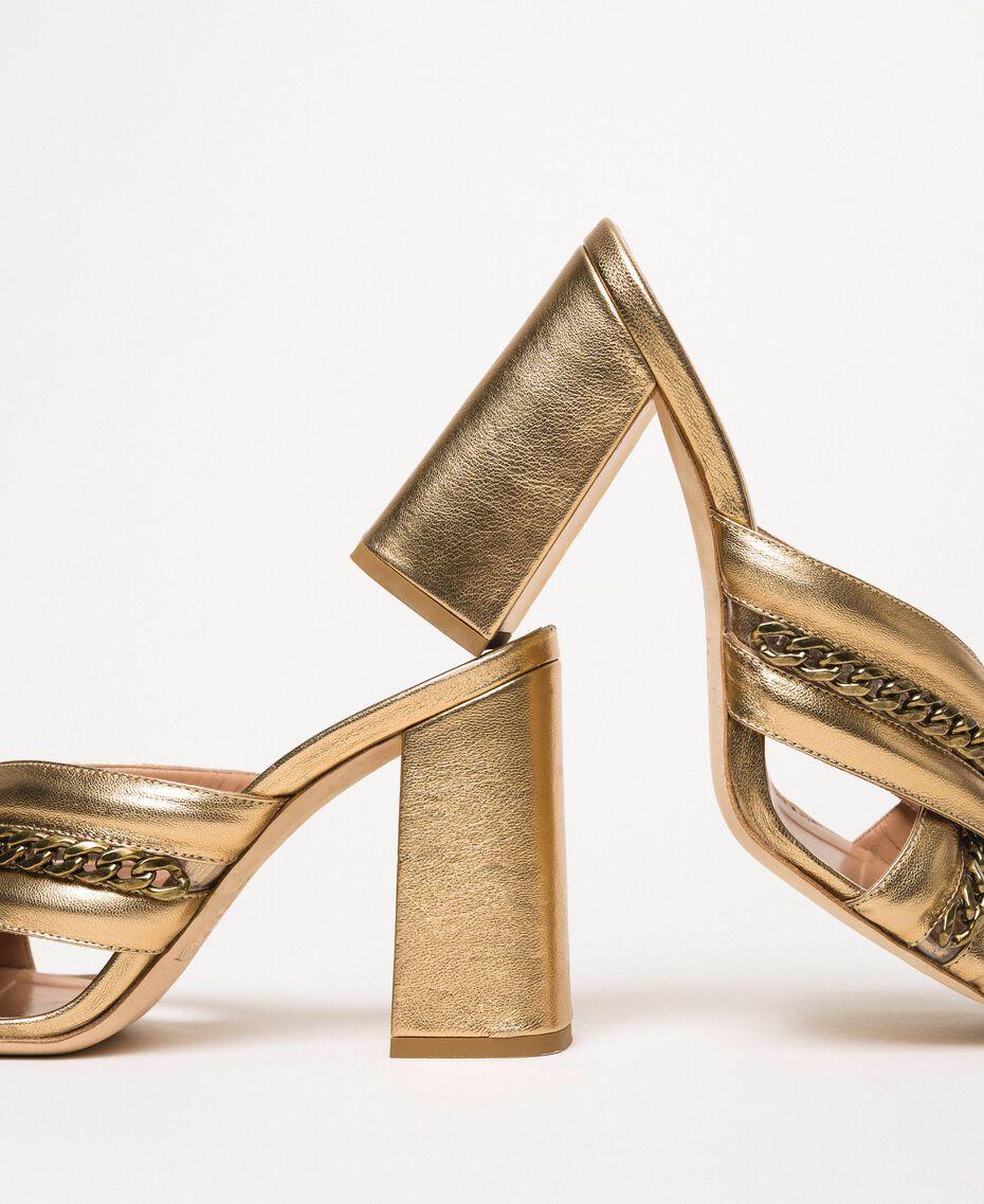 Mules aus Metallic-Leder mit Kettchen Goldfarbene Beschichtung Frau 201TCP126-02