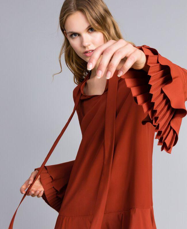 Kurzes Kleid aus Seidenmischung mit Plissee Rotbraun Frau TA823S-04