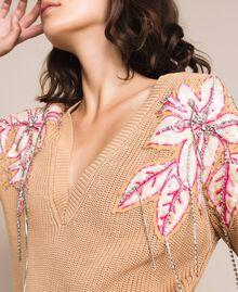 """Пуловер квадратного кроя с цветочными нашивками и вышивками Бежевый """"""""Кремово-желтый"""" Темный женщина 201TP3170-05"""