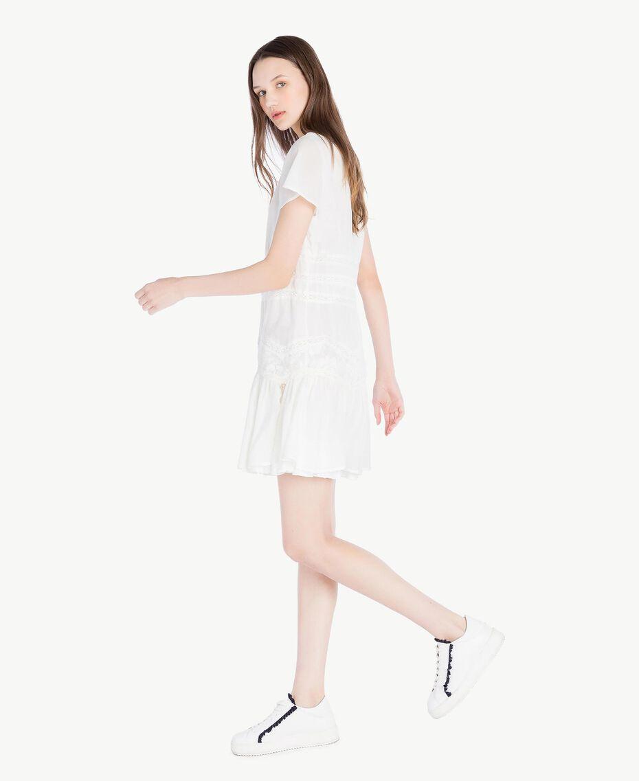 Kleid mit Rüschen Elfenbein Frau SS82HR-02