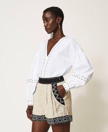 Shorts aus Leinenmischung mit Stickereien Zweifarbig Dünenbeige / Schwarz bestickt Frau 211TT2613-02