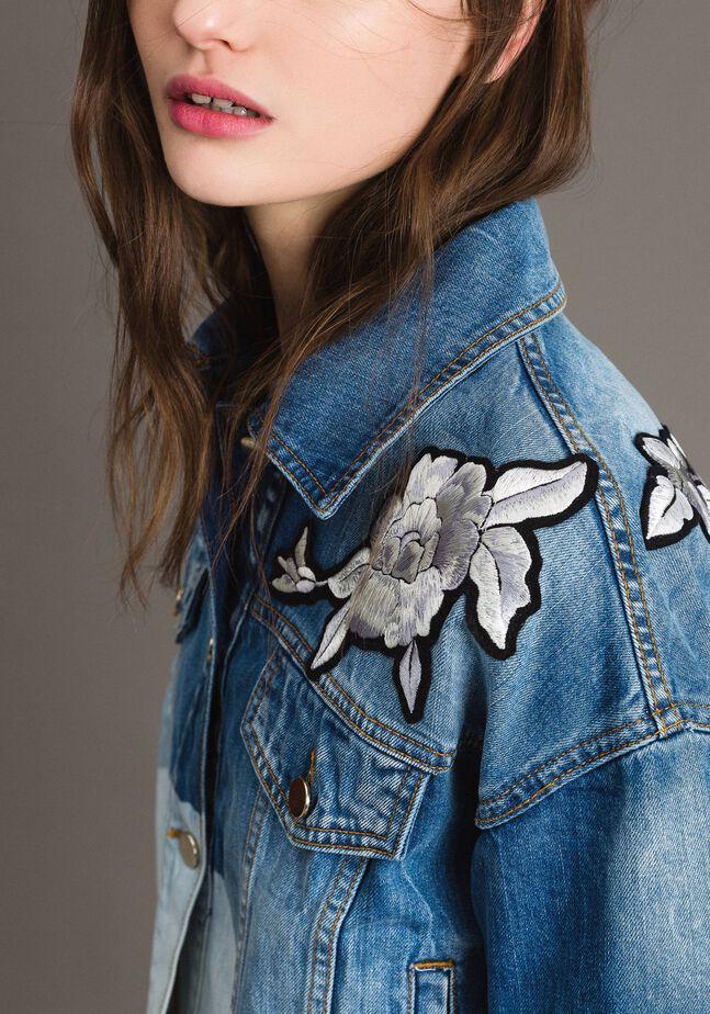 Veste en denim ornée de patchs à motif floral