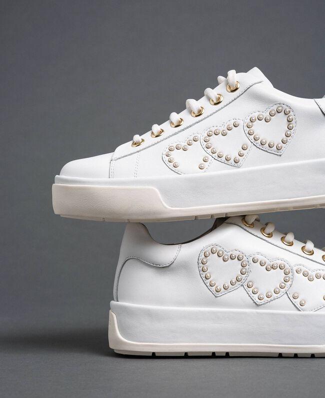 Sneakers aus Leder mit Herzen und Nieten Weiß Frau 192TCP01Y-01