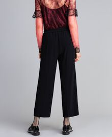 Cropped-Hose aus Cady Schwarz Frau PA822P-03