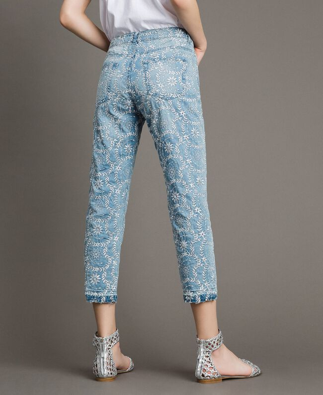Girlfriend-Jeans mit Lochstickerei Denimblau Frau 191MT2162-03