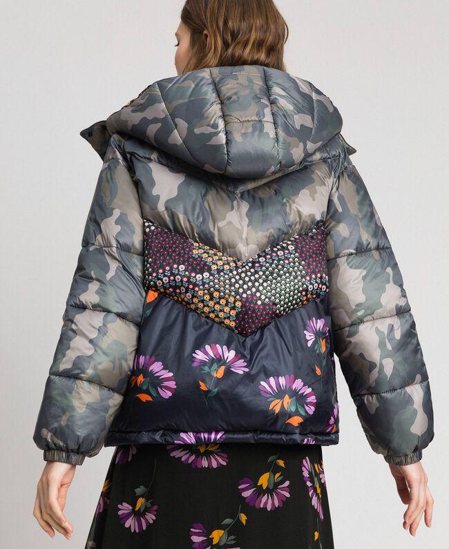 cheap for discount 2bde8 d122c Piumino corto con stampa camouflage e a fiori Donna ...