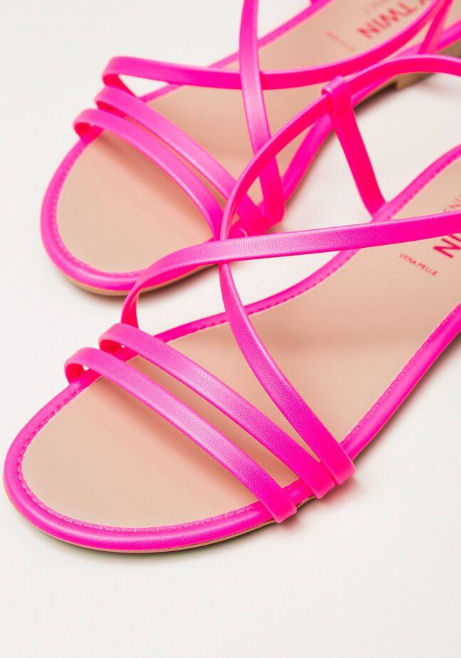 Flache Sandale aus Lederimitat in Neonfarbe