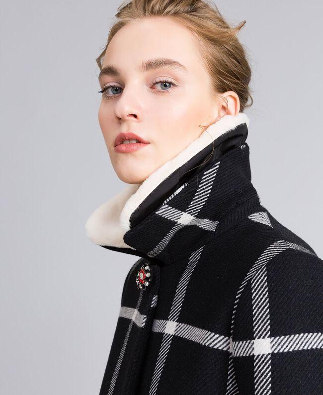 Manteau long en drap à carreaux Bicolore Carreaux Noir / Blanc Neige Femme PA826Z-04