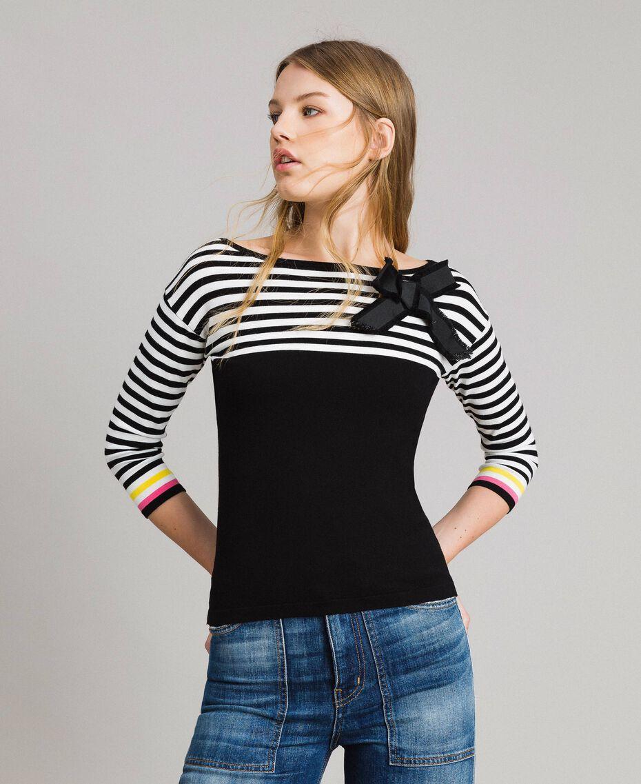 Gestreifter Pullover mit Schleifenbrosche Zweifarbig Schwarz / Weiß Frau 191MP3055-02