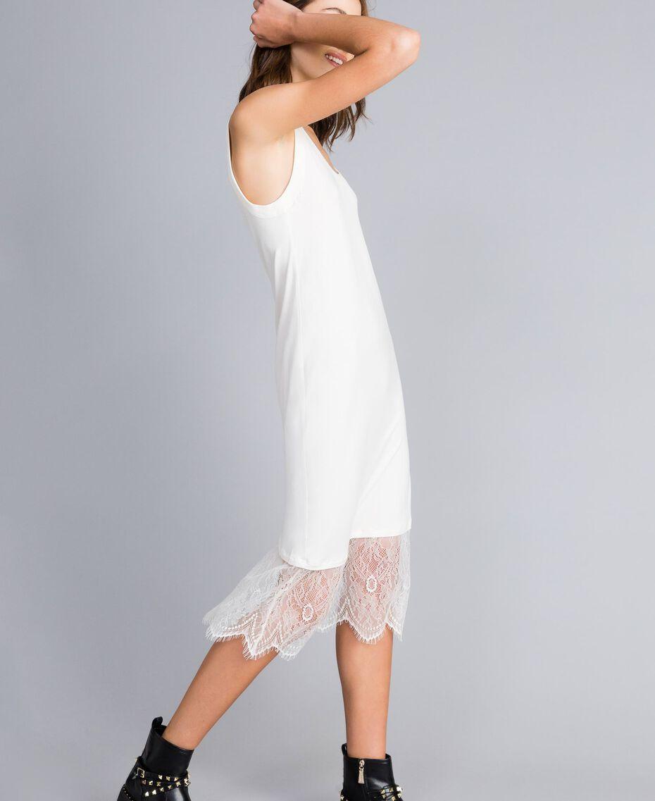 Kleid im Unterkleidstil mit Spitze Perlmutt Frau JA82TA-02