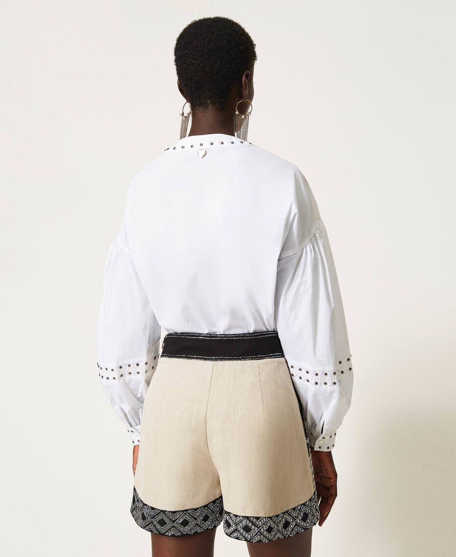 Shorts aus Leinenmischung mit Stickereien Zweifarbig Dünenbeige / Schwarz bestickt Frau 211TT2613-03