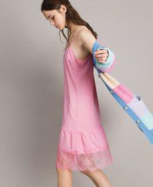 Kleid im Unterkleidstil aus Crêpe de Chine mit Spitze Hortensienrosa Frau 191MP2453-02