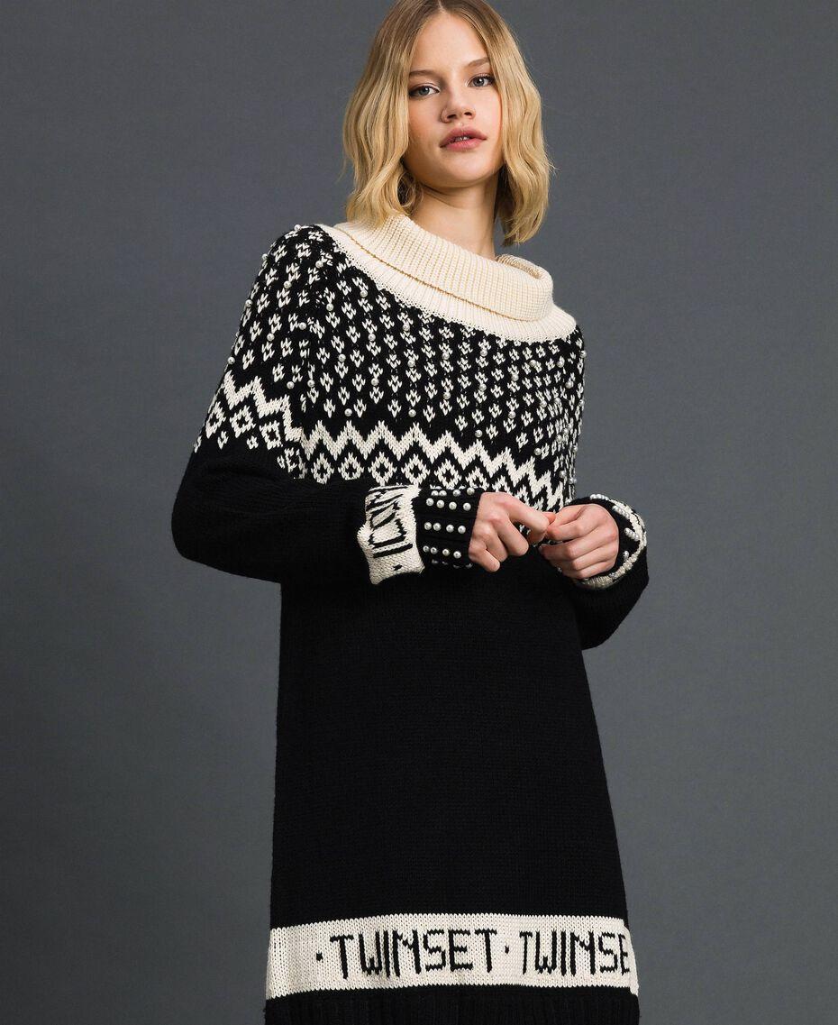 Robe en maille jacquard avec logo et perles Jacquard Noir / Blanc «Papyrus» Foncé Femme 192TP332D-01