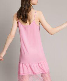 Kleid im Unterkleidstil aus Crêpe de Chine mit Spitze Hortensienrosa Frau 191MP2453-04