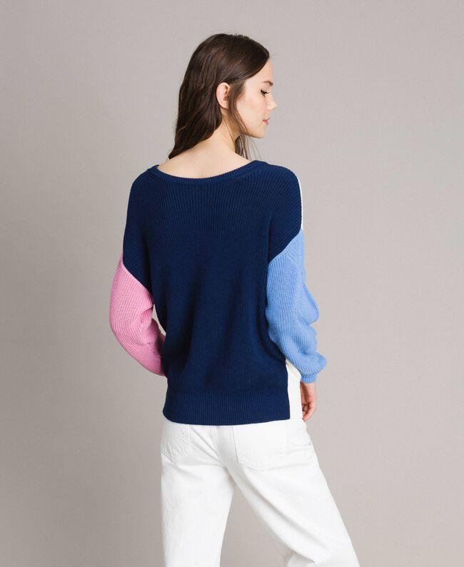 Pullover im Color-Block-Look mit Schleifenbrosche Multicolour Indigo / Weiß / Hortensienpink Frau 191MP3091-03
