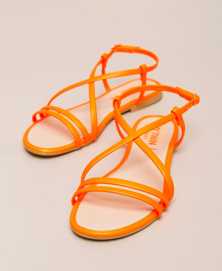 Flache Sandale aus Lederimitat in Neonfarbe Neonpink Frau 201MCT010-01