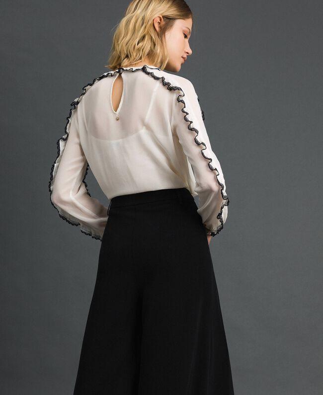 Blouse en crêpe georgette avec petits volants et dentelle Bicolore Blanc Neige/ Noir Femme 192TP2571-03