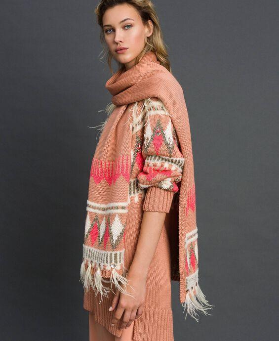Écharpe en maille jacquard avec cabochons et plumes