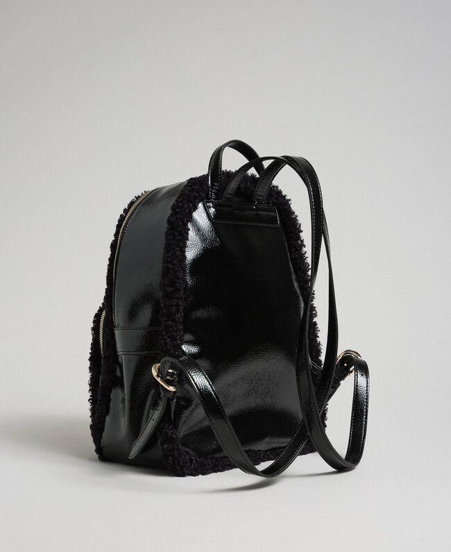 Rucksack aus Pelzimitat mit Fronttasche Schwarz Frau 192MO8080-03