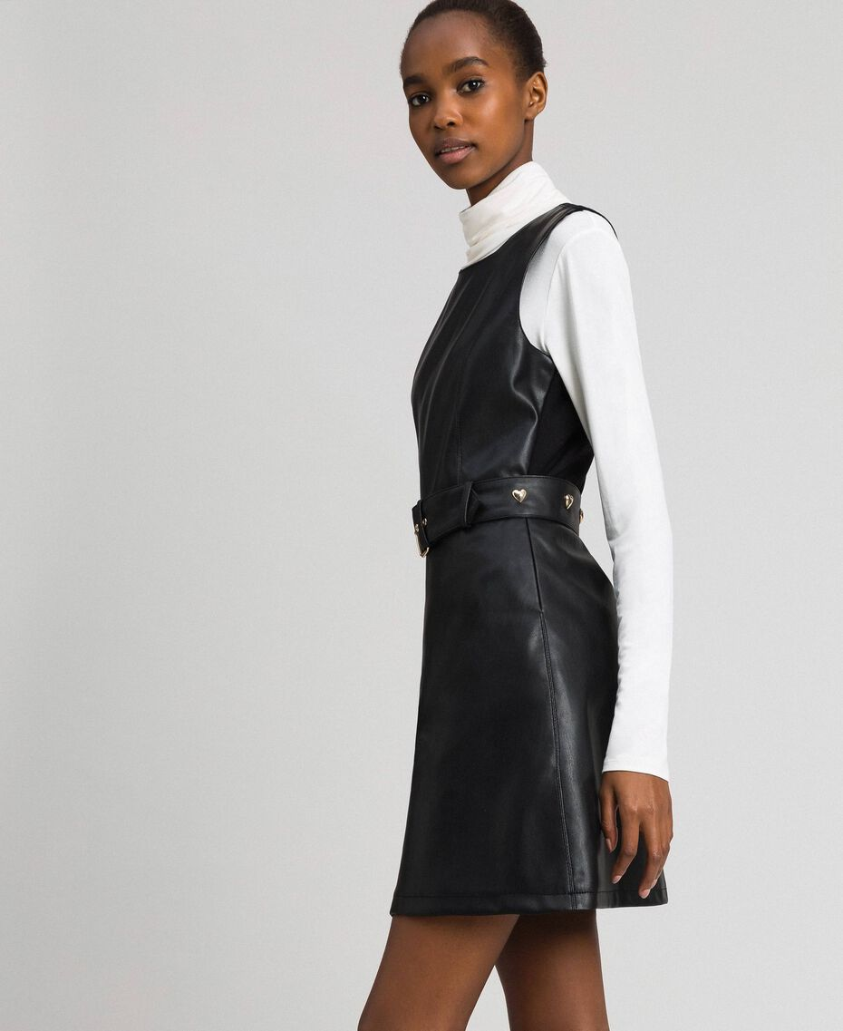Kurzes Kleid aus Lederimitat mit Gürtel Schwarz Frau 192MP2021-02