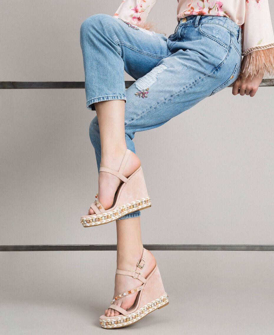 """Wildleder-Sandalen mit Keilabsatz und Nieten """"Surreal Pink"""" Frau 191MCP132-0S"""